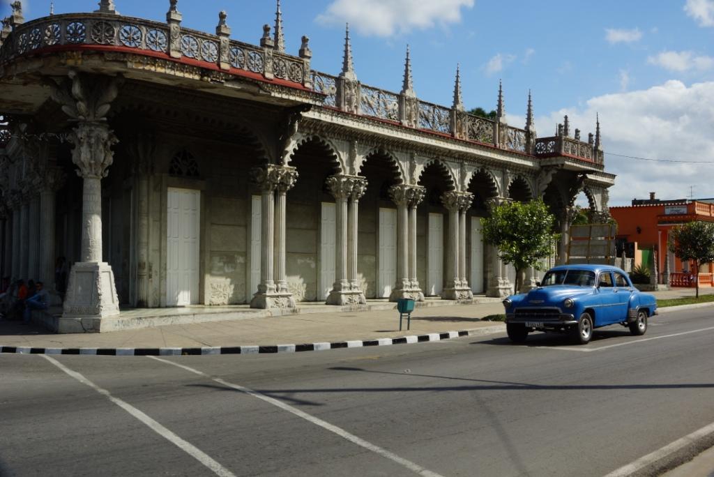 Δρόμος και παλιό αμάξι στο Pinar den Rio