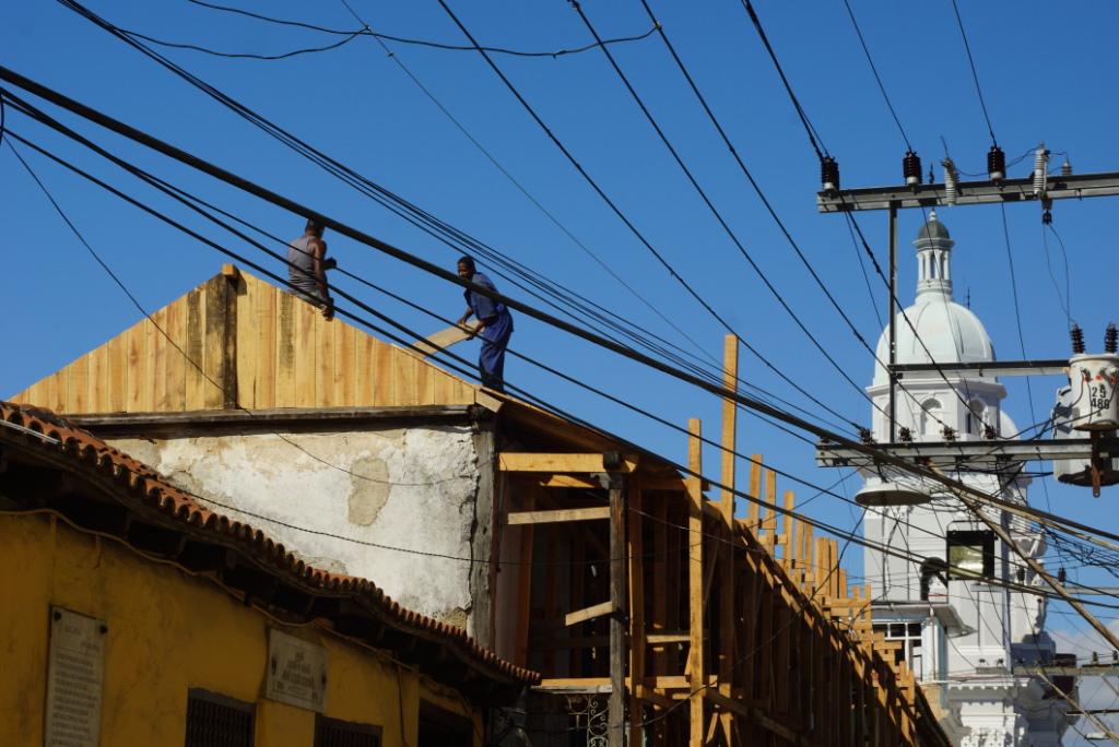 Εργάτες πάνω σε μια οροφή στο Santiago de Cuba